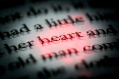 Das Wortherz in einem Buch im englischen Abschluss oben, Makro, hervorgehoben im Rot Der Text im Buch mit Effekt 3D lizenzfreie stockfotografie