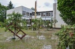 Das Yard der Grundschule zerstörte geschwollenen Fluss Stockbild