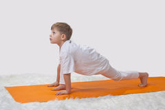Das Yoga der Kinder. Stockfoto