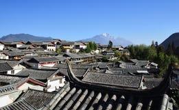 Das Yulong Jokul und alte Stadt von Lijiang Lizenzfreie Stockfotografie