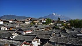 Das Yulong Jokul und alte Stadt von Lijiang lizenzfreie stockfotos