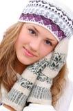 Das zart haltene Winterartmädchen übergibt nahe Gesicht Stockfoto