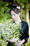 Das zarte Mädchen mit Blumen Stockbild