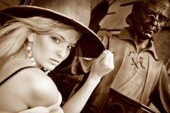 Das Zaubermädchen mit einem Gewebe auf einem schwarzen Hintergrund Stockbild