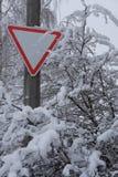 Das Zeichen ` Aufmerksamkeit ` in den schneebedeckten Bäumen stockbild