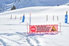 Das Zeichen der Gefahr einer Lawine wird in die Berge eingestellt lizenzfreie stockbilder