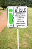 Das Zeichen der Golfregel, 90-Grad-Regel im Golfplatz Thailand Lizenzfreie Stockfotos