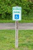 Das Zeichen des behinderten Parkens auf der Straßenseite, nützlich für zusätzl. Lizenzfreie Stockfotografie