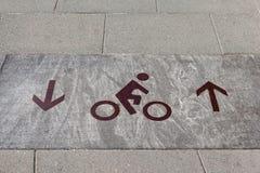 Das Zeichen des Fahrradweges markiert auf der Straße lizenzfreie stockfotos