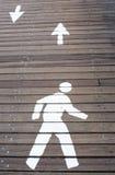 Das Zeichen des Fußgängers markiert auf der Straße stockbild