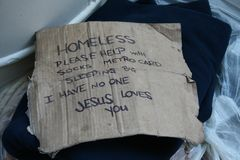 Das Zeichen des Obdachlosers auf NYC-Straßen stockbilder
