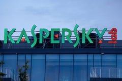 Das Zeichen Kaspersky-Labor auf dem Gebäude des Hauptbüros von Stockbilder