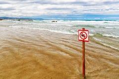 Das Zeichen, das verbietet, um auf dem Strand zu baden Lizenzfreie Stockfotografie