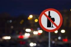 Das Zeichen das Verbot des Alkohols und der Nachtstraße mit Autos lizenzfreies stockfoto