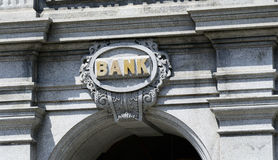 Das Zeichen von einer Bank Stockfotos