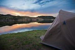 Das Zelt des Campers auf Mountainsee Stockbilder