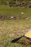 Das Zelt wird fest am Boden durch Nagel befestigt. Lizenzfreies Stockbild