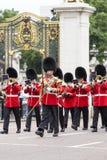 Das zeremonielle Ändern des Londons schützt vor dem Buckingham Palace, London, Vereinigtes Königreich Lizenzfreies Stockfoto
