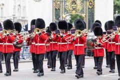 Das zeremonielle Ändern des Londons schützt vor dem Buckingham Palace, London, Vereinigtes Königreich Lizenzfreie Stockfotografie