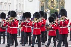 Das zeremonielle Ändern des Londons schützt vor dem Buckingham Palace, London, Vereinigtes Königreich Stockbilder