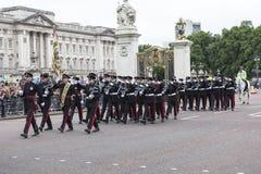 Das zeremonielle Ändern des Londons schützt vor dem Buckingham Palace, Vereinigtes Königreich Lizenzfreie Stockfotografie