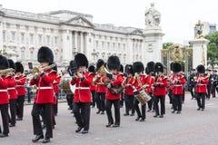Das zeremonielle Ändern des Londons schützt vor dem Buckingham Palace, Vereinigtes Königreich Lizenzfreie Stockfotos