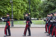 Das zeremonielle Ändern des Londons schützt vor dem Buckingham Palace, Vereinigtes Königreich Stockfotos