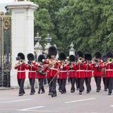 Das zeremonielle Ändern des Londons schützt vor dem Buckingham Palace, Vereinigtes Königreich Stockbild