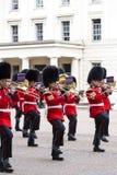 Das zeremonielle Ändern des Londons schützt vor dem sträubenden Palast, London, Vereinigtes Königreich Stockbild