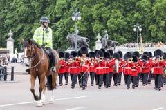 Das zeremonielle Ändern des Londons schützt vor dem sträubenden Palast, London, Vereinigtes Königreich Stockbilder