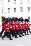 Das zeremonielle Ändern des Londons schützt vor dem sträubenden Palast, London, Vereinigtes Königreich Lizenzfreies Stockbild