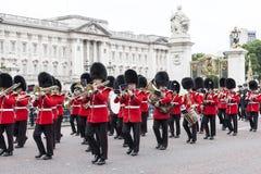 Das zeremonielle Ändern des Londons schützt vor dem sträubenden Palast, London, Vereinigtes Königreich Stockfotografie