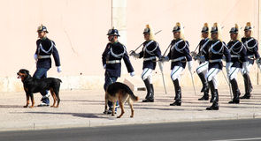 Das zeremonielle Ändern des Portugiesen schützen in Lissabon Stockfotos