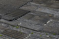 Das zerstörte Asbestdach im trüben Wetter Lizenzfreie Stockfotografie