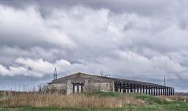Das zerstörte Gebäude war eine alte verlassene Scheune auf einem Bauernhof auf den Stadtränden des Dorfs Lizenzfreie Stockfotos