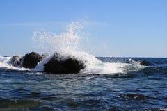 Das Zerstoßen bewegt auf enorme Steine im Schwarzen Meer wellenartig Stockfoto