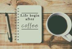 Das Zitat-Leben fangen nach Kaffee an stockbild