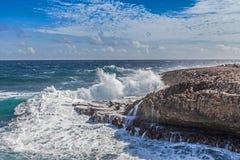 Das Zusammenstoßen bewegt bei Shete Boka Curaçao wellenartig stockbild