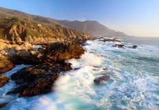 Das Zusammenstoßen bewegt bei Sonnenuntergang auf Big- Surküste, Garapata-Nationalpark, nahe Monterey, Kalifornien, USA wellenart Lizenzfreie Stockfotos