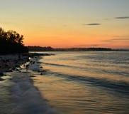 Das Zusammenstoßen bewegt bei Sonnenuntergang wellenartig Stockfotografie