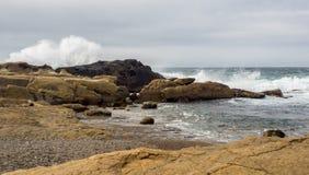 Das Zusammenstoßen bewegt an den felsigen Ozeanklippen wellenartig Lizenzfreie Stockfotografie