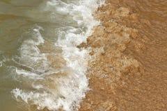 Das Zusammenstoßen bewegt an einem versteckten Strand wellenartig stockfotos