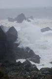 Das Zusammenstoßen bewegt in Sturm wellenartig stockbilder