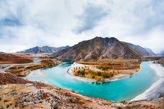 Das Zusammenströmen der Flüsse Chuya und Katun in Altai, Russland lizenzfreie stockbilder