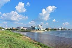 Das Zusammenströmen von OM- und Irtysh-Flüssen in Omsk, Russland Stockbilder