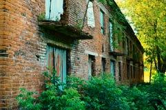 Das zwei-storeyed verlassene Gebäude des alten Ziegelsteines lizenzfreies stockbild