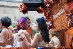 Dascha Polanco και Diane Guerrero στο επιπλέον σώμα υπερηφάνειας του Τορόντου στοκ εικόνες