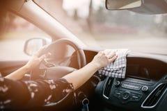 Dashboard van de vrouwen het schoonmakende auto stock fotografie