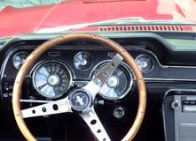 Dashboard van klassieke Amerikaanse auto, Ford Mustang Stock Foto