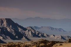 山在Dasht-e Lut沙漠 免版税图库摄影